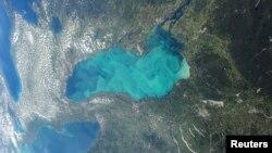 Danau Ontario di Amerika Utara, tempat tumbuhnya plankton-plankton musim panas, dilihat dari Stasiun Antariksa Internasional di NASA.