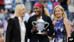 Serena Williams berpose bersama Martina Navratilova (kiri) dan Chris Evert, setelah meraih juara AS Terbuka di New York (7/9). (AP/Charles Krupa)