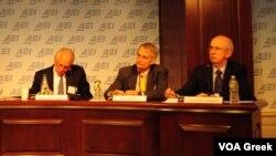 Ο Μπρους Στόουκς (στη μέση) κατά την παρουσίαση της έρευνας στο American Enterprise Institute.
