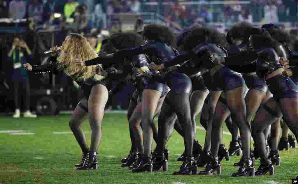 តារាចម្រៀង Beyonce (ខាងឆ្វេង) ធ្វើការសម្តែងនៅអំឡុងពេលសម្រាកពាក់កណ្តាលតង់នៃការប្រកួតបាល់ឱបអាមេរិក NFL Super Bowl 50 កាលពីថ្ងៃទី០៧ ខែកុម្ភៈ ឆ្នាំ២០១៦ នៅក្រុង Santa Clara រដ្ឋ California។