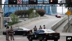 Policija ispred tržnog centra u kome se dogodila pucnjava u Džeksonvilu