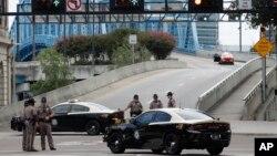 Des patrouilleurs de l'autoroute de Floride bloquent l'entrée du pont de la rue Main, près de la scène d'une fusillade à Jacksonville Landing, à Jacksonville, en Floride, le 26 août 2018.