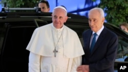 Pope Francis and Israeli President Shimon Peres meet in Jerusalem, May 26, 2014.