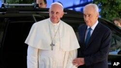 Paus Fransiskus (kiri) bertemu Presiden Israel Shimon Peres di Yerusalem hari Senin (26/5).