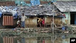 印度貧民區的孩子在玩耍