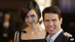 Cruise y Holmes tuvieron un romance vertiginoso y se comprometieron en la Torre Eiffel en Paris.
