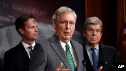 El líder de la mayoría en el Senado, Mitch McConnell (centro), de Kentucky, habla durante una conferencia de prensa en el Capitolio en Washington, el 6 de marzo de 2019.