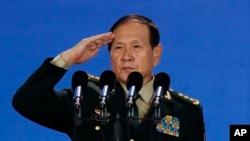 웨이펑허 중국 국방부장이 25일 베이징에서 열린 '샹산포럼' 개막식에서 연설한 후 경례를 하고 있다.