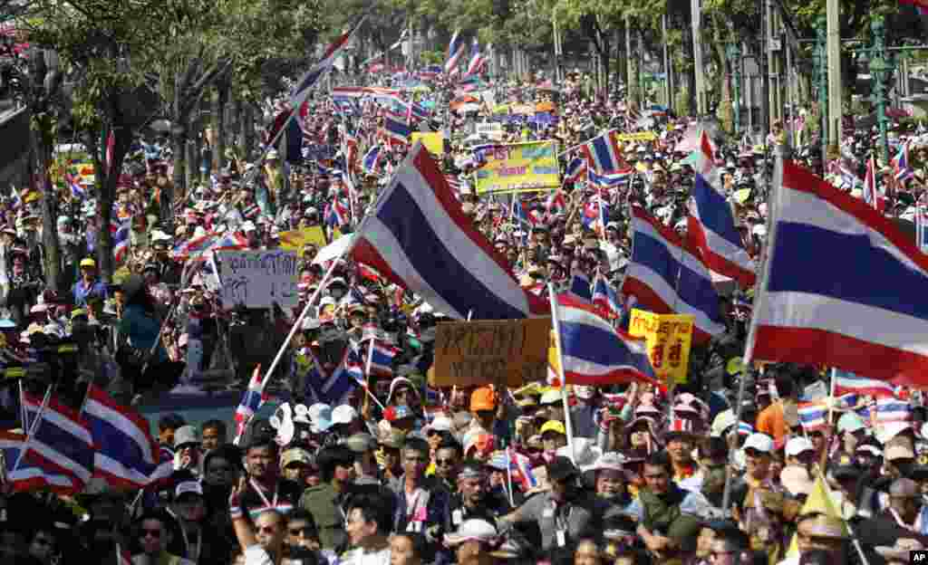 Thai anti-government protesters march in the streets, Dec. 22, 2013, in Bangkok, Thailand.