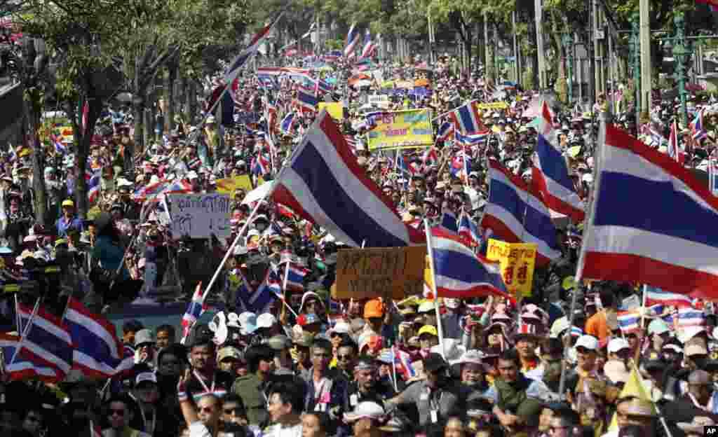 Đoàn biểu tình chống chính phủ tuần hành trên đường phố Bangkok, Thái Lan 22/12/13