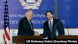 Direktur Jenderal Departemen Luar Negeri AS urusan Politik, Thomas Shannon, bersalaman dengan Wakil Menteri Luar Negeri Afghanistan Hekmat Karzai, di Kabul (7/1).