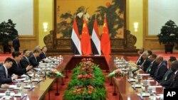 中国国家主席习近平(左二)与苏丹总统巴希尔(右三)在北京人大会堂会晤时交谈。(2015年9月1日)