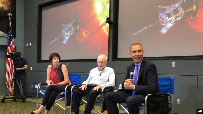 """Astrofizikani Eugene Parker me shkencëtarët e Universitetit """"Johns Hopkins"""""""