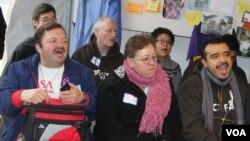 Un grupo de activistas y líderes religiosos realizan ayuno en nombre de las personas que mueren al tratar de cruzar la frontera y los millones de deportados. [Foto: Mitzi Macias, VOA].