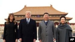 Presiden Donald Trump (kedua kiri), ibu negara Melania Trump (kiri), Presiden China Xi Jinping (kedua dari kanan) bersama istrinya Peng Liyuan (kanan) saat mengunjungi Forbidden City (Kota Terlarang), di Beijing, China, 8 November 2017.