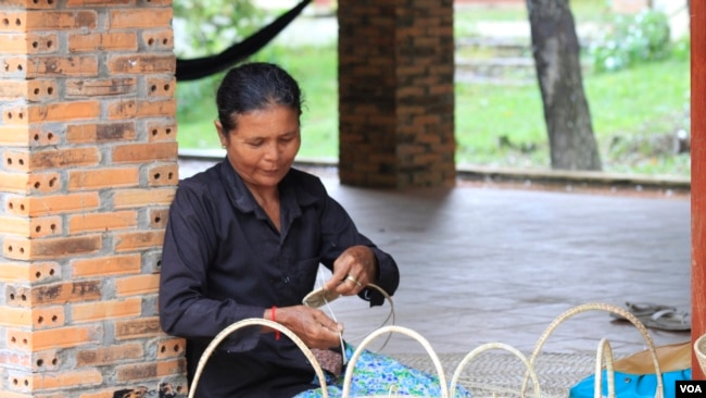 A woman makes a bamboo basket in Sambor Prei Kuk temple complex, Kampong Thom, Cambodia, July 13, 2017. (Sun Narin/VOA Khmer)