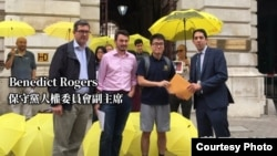 英国保守党人权委员会副主席罗杰斯(左一)支持雨伞运动(苹果日报图片)