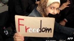 Hàng ngàn người Yemen hôm nay biểu tình phản đối việc phong trào Hồi Giáo Shia Houthi chiếm quyền.