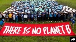 """Các nhà hoạt động bảo vệ môi trường ở Philippines, phần lớn là sinh viên học sinh với thông điệp """"Không có hành tinh B"""" trùng với các cuộc biểu tình toàn cầu chống biến đổi khí hậu ngày thứ Sáu 20/9/2019. (AP Photo/Bullit Marquez)"""