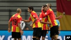 Des joueurs de l'Espérance de Tunis se félicitent après un but au Mondial des clubs, Qatar, Japon, le 11 décembre 2011.
