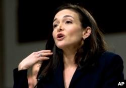 ທ່ານນາງ ເຊີຣີລ ແຊນດ໌ເບີຣກ໌ (Sheryl Sandberg) ຫົວໜ້າເຈົ້າໜ້າທີ່ບໍລິຫານ ງານຂອງເຟສ໌ບຸກ ກ່າວຕໍ່ຄະນະກໍາມະການດ້ານສືບລັບຂອງສະພາສູງ ສຫລ, ວັນທີ 5 ກັນຍາ 2018