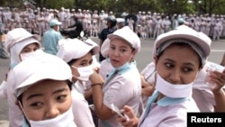 Para pekerja pabrik di Karawang, Jawa Barat. (Foto: Dok)
