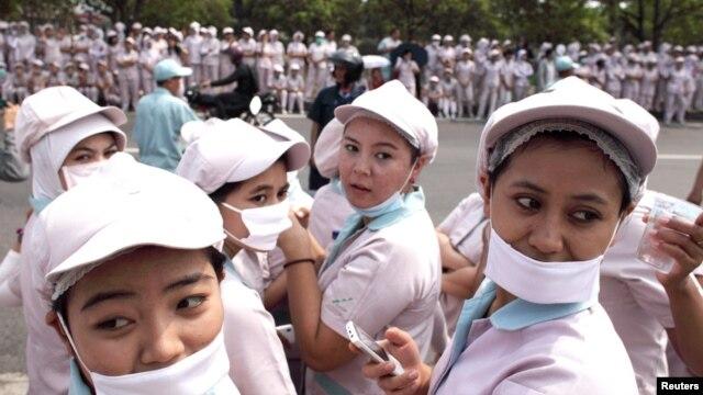 Pekerja pabrik di Bekasi siap ikut demo buruh. Selang sehari setelah perayaan Hari Buruh Sedunia terkuak praktik perbudakan di pabrik panci di Tangerang. (Foto: Dok)