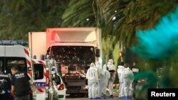 Polisi dan petugas forensik Perancis memeriksa truk yang menabrak kerumunan massa pada perayaan Hari Bastille di kota Nice, Perancis Kamis malam (14/7).