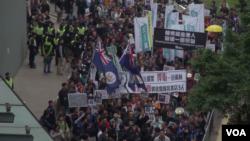 遊行人士促請中國政府盡快公佈李波和其他人士的失蹤情況,並立即還他們自由。