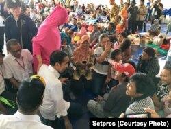Presiden Jokowi berdialog dengan pengungsi korban tsunami di Kalianda, Lampung, Rabu (2/1) siang (courtesy: Setpres)