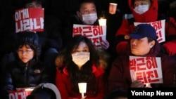 8일 서울 청계광장 인근에서 민중총궐기 본부 주최로 박근혜 대통령 하야 촉구 촛불시위가 열렸다. 시민들이 '최순실 국정 개입 의혹' 파문에 휩싸인 대통령의 퇴진을 촉구하고 있다.