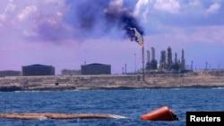 Pelabuhan dan penyulingan minyak Zawiya di sebelah barat Tripoli, Libya (foto: dok).