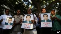 Các nhà báo Ấn Độ cầm nến và hình ảnh của phóng viên Akshay Singh trong 1 buổi tưởng niệm ở Bangalore, ngày 6/7/2015.