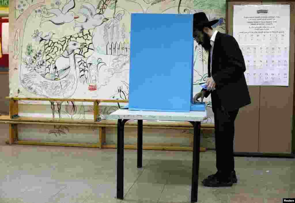 22일 유대교 초정통파 복장을 하고 이스라엘 북부 지역의 투표소를 찾은 시민.