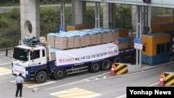 올해 9월 월드비전이 지원하는 수해지원 긴급 식량을 싣고 판문점을 지나는 트럭.