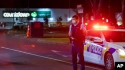 پولیس کے مطابق حملہ آور پولیس کی فائرنگ کے سبب ہلاک ہو گیا ہے۔ اس حملے میں چھ افراد زخمی ہوئے ہیں۔