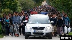 Xe cảnh sát dẫn đường cho người di cư khi họ đi bộ về phía biên giới Áo từ Hegyeshalom, Hungary, ngày 24 tháng 9, 2015.