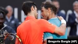 Zagrljaj dvojice velikih šampiona na mreži: Novak Đoković i Rafael Nadal posle finala Mastersa u Rimu (Foto: AP/Gregorio Borgia)