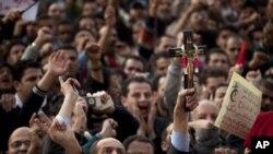 십자가를 들고 무바라크 퇴진을 요구하는 한 시위대원