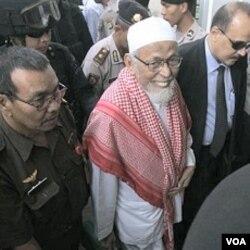 Petugas mengawal Abu Bakar Ba'asyir saat tiba di Pengadilan Negeri Jakarta Selatan, 24 Februari lalu.