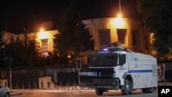 Un vehicle de police aux alentours de l'Ambassade U.S. a Ankara, Turkquie, juin 22, 2013