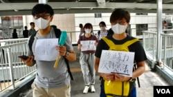 化名香先生的社福界工作者(左)與多名朋友自發示威,呼籲停止暴力。(美國之音湯惠云)