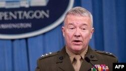 ژنرال «کنت مک کنزی»، ۶۱ ساله، سابقه خدمت در ارتش آمریکا در ماموریت های خاورمیانه را دارد.