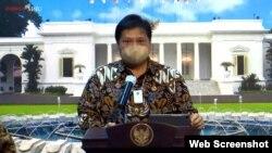 Menko Perekonomian Airlangga Hartarto dalam telekonferensi pers di Istana Kepresidenan Jakarta, Kamis (5/11) tetap optimis perekonomian Indonesia akan bergerak positif pada akhir tahun (Foto: VOA)