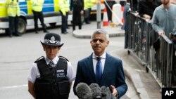 لندن کے میئر صادق خان لندن برج پر صحافیوں سے گفتگو کر رہے ہیں جہاں ہفتے کو ایک حملے میں سات افراد ہلاک ہوگئے تھے
