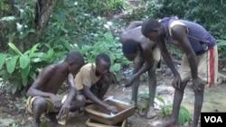 Des creuseurs en train de tamiser la terre à la recherche du diamant, en Centrafrique, 15 décembre 2014.