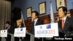 한국과 호주의 외교·국방장관이 11일 호주 시드니에서 제2차 외교·국방장관(2+2) 회의를 가진 뒤 공동기자회견을 하고 있다. 왼쪽부터 케빈 앤드루스 호주 국방장관, 줄리 비숍 호주 외무장관, 윤병세 외교부 장관, 한민구 국방부 장관.