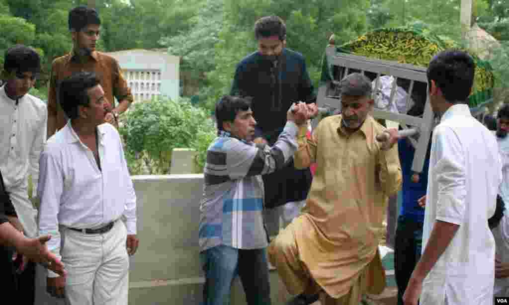 آخری سفر بھی اپنے اختتام کو پہنچا۔ فرید خان کا جسد خاکی کندھوں سے اتار کر زمیں پر رکھا جارہا ہے