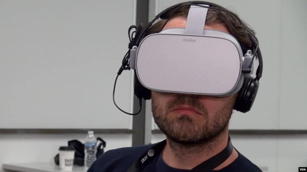 Un hombre usa tecnología de realidad virtual para ver un documental sobre cambio climático.