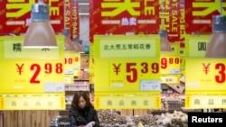 19일 중국 저장성 항저우 시 수퍼마켓에서 한 여성이 장을 보고 있다.
